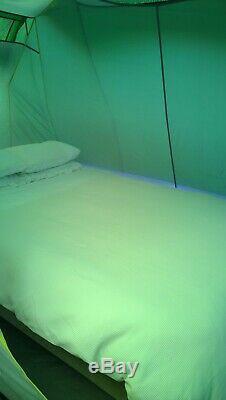 Grande Tente Familiale Et Terrasse Couverte. Les Charges En Plus De L'équipement De Camping